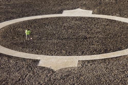 Jardinier au travail sur le chantier de restitution des jardins à la Française du château de Chambord. Photographie réalisée depuis les terrasses. | Philippe DUREUIL Photographie