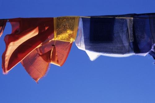 Drapeaux à prières qui flottent dans le ciel | Philippe DUREUIL Photographie