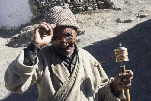 Vieil homme avec un moulin à prières dans le village de Lamayuru | Philippe DUREUIL Photographie
