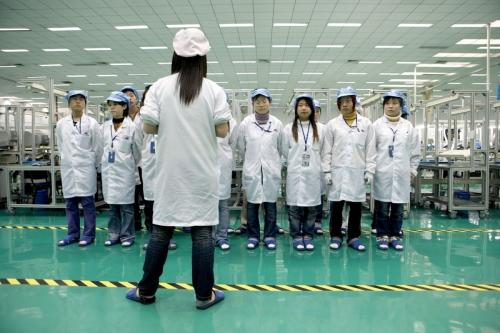 Femmes au travail dans une usine en Asie, c'est l'heure du briefing. | Philippe DUREUIL Photographie