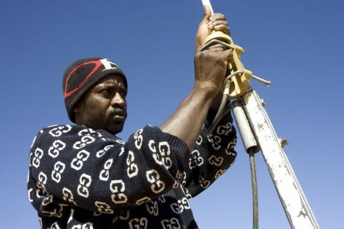Photographie corporate de reportage réalisée pour TOTAL EP en Mauritanie. Homme au travail dans le désert. | Philippe DUREUIL Photographie