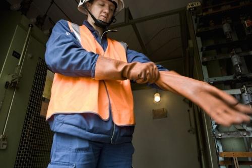 Photo d'un homme au travail réalisée pour ERDF. Agence : Sequoia, Makheia Group. | Philippe DUREUIL Photographie