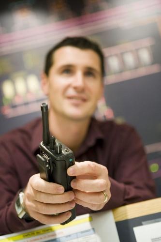 Homme au travail avec un talkie-walkie dans les mains | Philippe DUREUIL Photographie