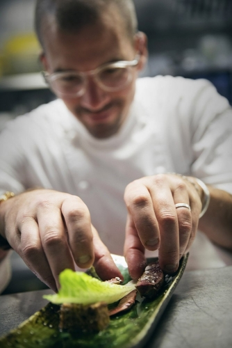 Dressage d'un plat en cuisine par Le Chef cuisinier Tristan Robreau - Restaurant étoilé Le Lièvre Gourmand à Orléans | Philippe DUREUIL Photographie