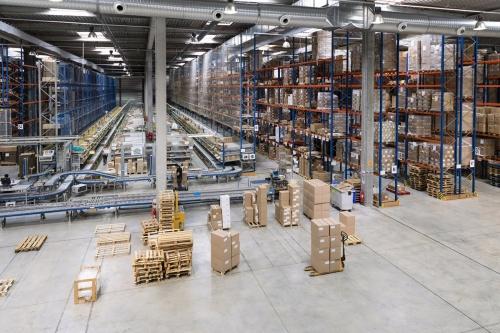 Hommes au travail sur une plate-forme logistique - Photographie d'un entrepôt réalisée pour le Groupe Phoenix Pharma. | Philippe DUREUIL Photographie