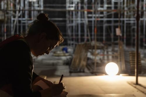 Femme architecte au travail sur le chantier de restauration du Théâtre du Châtelet à Paris | Philippe DUREUIL Photographie