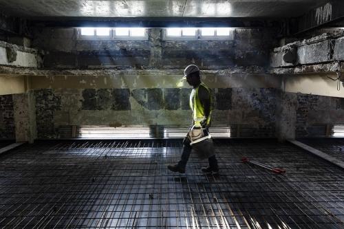 Homme au travail sur un chantier de réhabilitation d'un bâtiment | Philippe DUREUIL Photographie