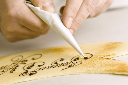 Photographie d'un pâtissier au travail réalisée pour la Pâtisserie La Romainville. Direction artistique : Philippe Griffoul | Philippe DUREUIL Photographie