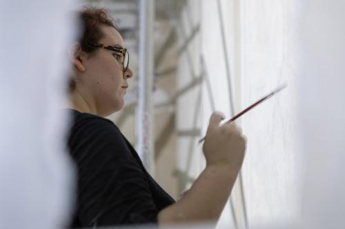 Femme peintre décoratrice au travail sur le chantier de restauration du Théâtre du Châtelet à Paris | Philippe DUREUIL Photographie