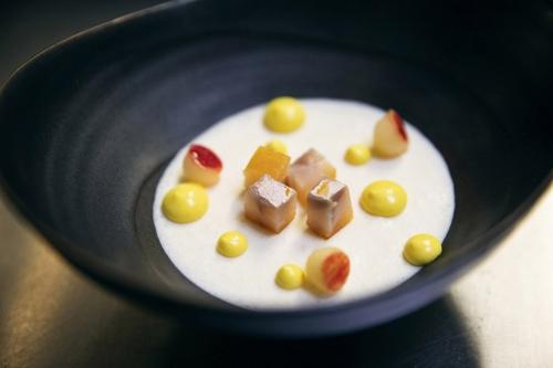 Dressage d'un plat dans les cuisines du restaurant étoilé Le Lièvre Gourmand à Orléans | Philippe DUREUIL Photographie