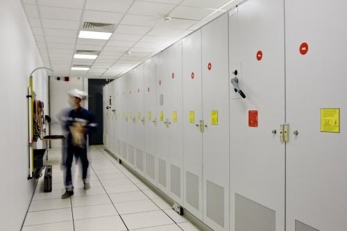 Homme au travail dans un local électrique. Photographie industrielle de reportage réalisée sur une station de compression du groupe GRTgaz | Philippe DUREUIL Photographie