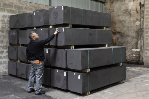 Photographie d'un homme au travail dans un entrepôt de barres de graphite | Philippe DUREUIL Photographie