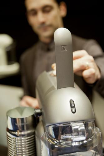 Photographie réalisée pour Nespresso - Lancement de la nouvelle machine Nespreso Maestria au magasin des Champs-Élysées à Paris - Agence : Le Public Système | Philippe DUREUIL Photographie