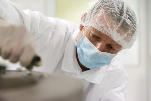 Reportage industriel réalisé en lumière ambiante pour le laboratoire pharmaceutique Laphal Industrie. Homme au travail sur la maintenance d'une machine industrielle. Agence : encore-nous communication. | Philippe DUREUIL Photographie