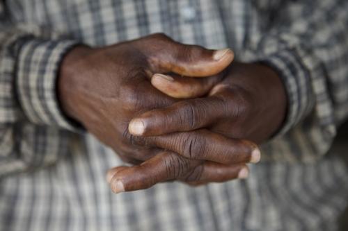 Photographie de détail de mains d'un planteur de café en Côte d'Ivoire | Philippe DUREUIL Photographie