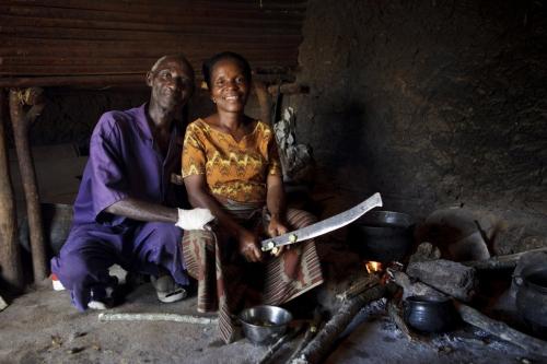 Couple de planteur à la cuisine près du feu