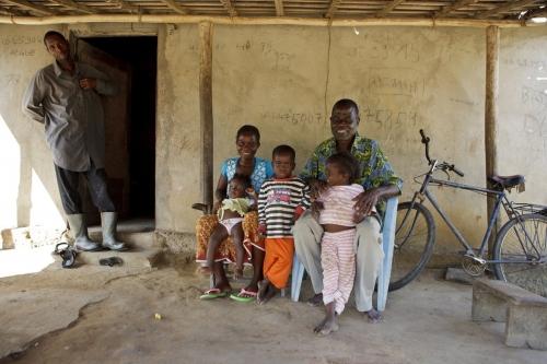 Photographie d'une famille de planteurs de café devant leurs maison. | Philippe DUREUIL Photographie