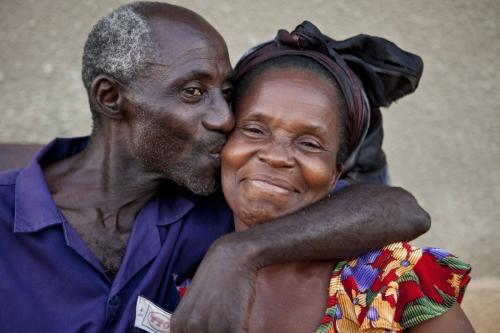 Couple de planteur de café amoureux. Photographie de portrait réalisée en Côte d'Ivoire. | Philippe DUREUIL Photographie