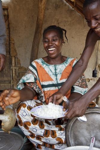 Petit restaurant au marché d'un village de brousse. Reportage photographique réalisé pour Nescafé® en Côte d'Ivoire. | Philippe DUREUIL Photographie