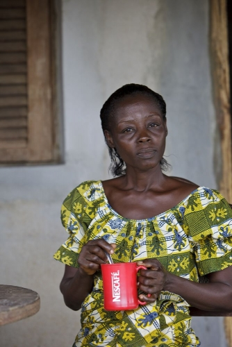 Dégustation d'une tasse de Nescafé®, Côte d'Ivoire. Photographie de commande réalisé pour Nescafé®. | Philippe DUREUIL Photographie