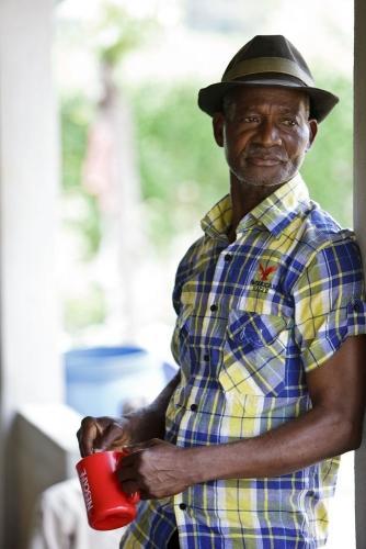 Portrait d'un homme devant sa maison. Photographie de commande réalisé pour Nescafé®. | Philippe DUREUIL Photographie