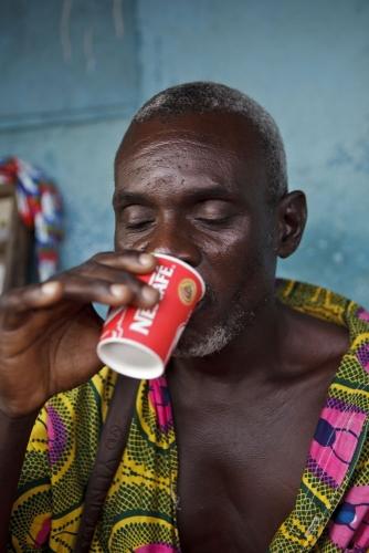 Portrait d'un homme buvant un café nescafé® dans un gobelet. | Philippe DUREUIL Photographie