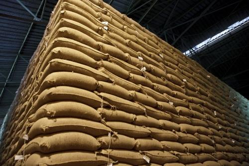 Stock de sacs de café vert. Photographie industrielle réalisée pour Nescafé® à la fabrique d'Abidjan, Côte d'Ivoire. | Philippe DUREUIL Photographie
