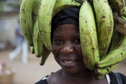 Femme portant des bananes plantains sur la tête, Accra Ghana