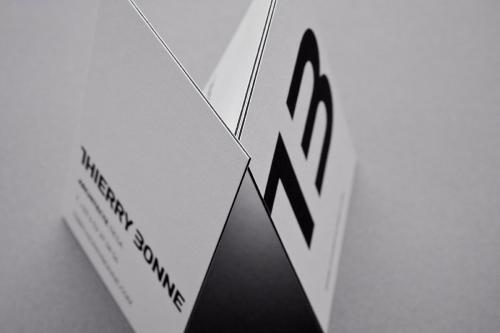 Photographie de nature morte de cartes de visites. Packshot réalisé en studio pour l'agence Waixing®. Création graphique de Régis Biecher pour l'architecte Thierry Bonne. | Philippe DUREUIL Photographie