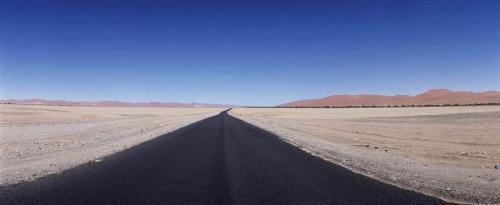 Photographie panoramique d'une route goudronée en Namibie
