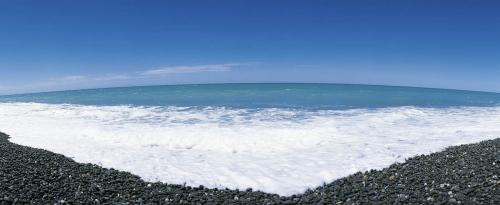 Photographie panoramique d'une plage de galets en Nouvelle zelande
