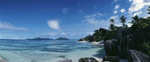 Panoramique d'une belle plage aux Seychelles
