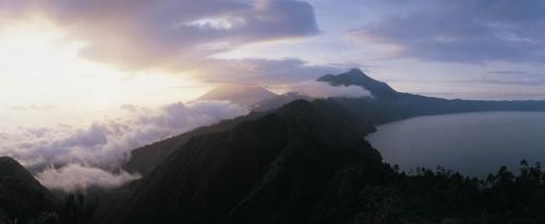 Photo panoramique du lac Batur à Bali