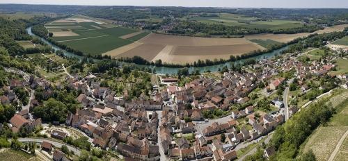 Paysage panoramique réalisé avec un drone pour la Maison de Champagne Courtois à Crouttes-sur-Marne. Je réalise des photographies panoramiques vues du ciel. | Philippe DUREUIL Photographie