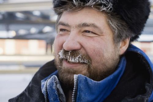 Portrait d'une homme au travail avec chapka en Sibérie l'hiver | Philippe DUREUIL Photographie