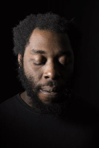 Portrait artistique en studio de l'écrivain Larry Benzaken | Philippe DUREUIL Photographie