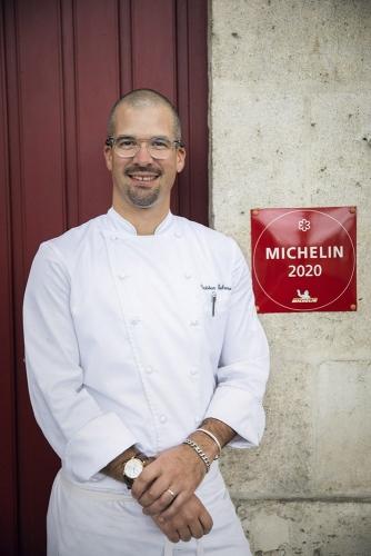 Photographie de portrait du chef étoilé Tristan Robreau devant son restaurant Le Lièvre Gourmand à Orléans | Philippe DUREUIL Photographie