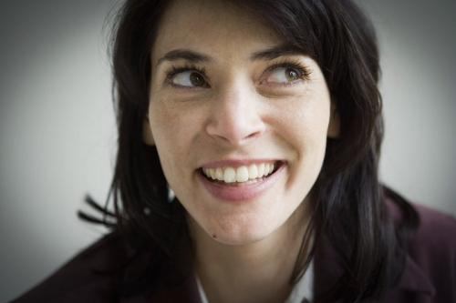 Portrait corporatif d'une femme souriante | Philippe DUREUIL Photographie