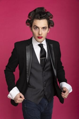 Portrait d'un homme avec des bigoudis et du rouge à lèvres, avec l'acteur Pierre Guy | Philippe DUREUIL Photographie