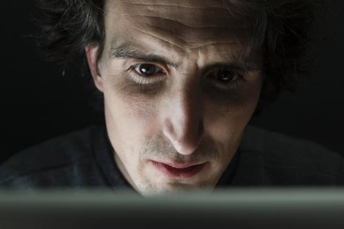 Photo de portrait d'un homme au travail concentré sur son ordinateur portable | Philippe DUREUIL Photographie
