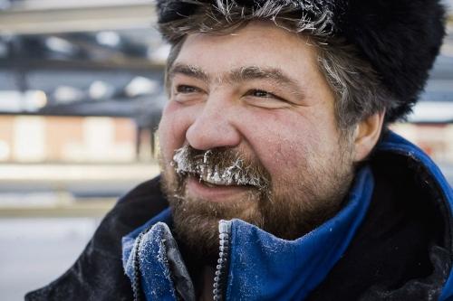 Portrait d'un homme au travail avec chapka en Sibérie l'hiver | Philippe DUREUIL Photographie