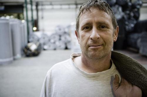 Portrait d'un ouvrier quittant l'usine après avoir terminé sa journée, UK | Philippe DUREUIL Photographie