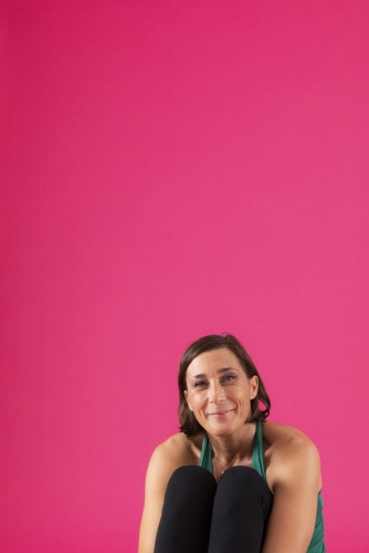 Portrait d'une femme en studio sur fond rose | Philippe DUREUIL Photographie