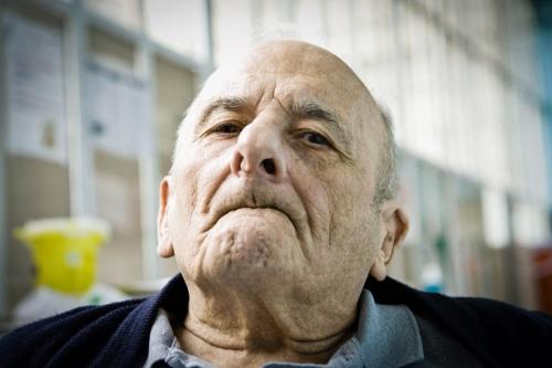 Portrait en contre-plongée d'un vieillard en EHPAD | Philippe DUREUIL Photographie