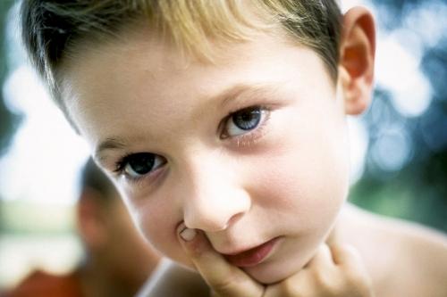 portrait d'un jeune enfant qui met ses doigts dans le nez | Philippe DUREUIL Photographie