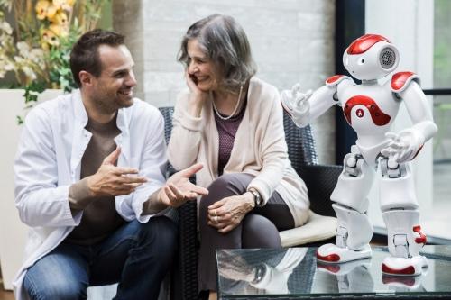 Saynète dans une maison de retraite. Annonceur : SoftBank Robotics. Production photo : Agence Toma. DA : Aurélien Esquivet. | Philippe DUREUIL Photographie
