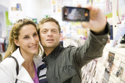 Couple qui se prend en photo dans un supermarché