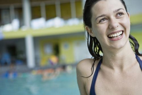 Portrait d'une jeune femme à la piscine | Philippe DUREUIL Photographie