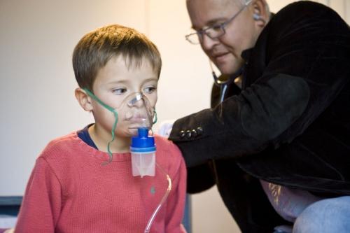 Consultation d'un enfant à domicile par un médecin. | Philippe DUREUIL Photographie