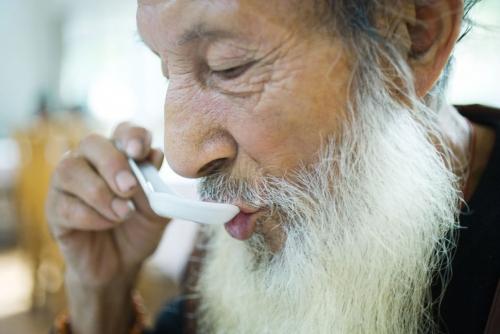Portrait d'un vieillard chinois mangeant sa soupe | Philippe DUREUIL Photographie